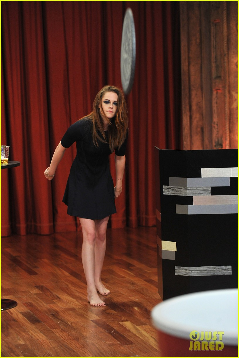 kristen stewart barefoot on late night with jimmy fallon 092752938