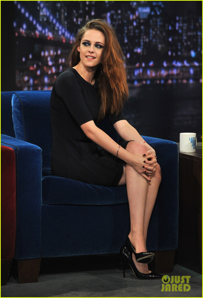 kristen stewart barefoot on late night with jimmy fallon 15