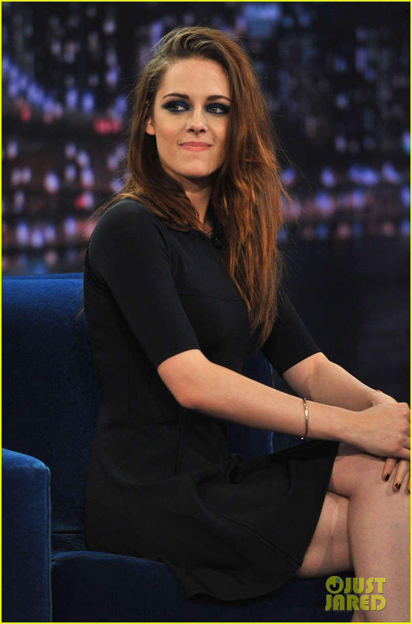 kristen stewart barefoot on late night with jimmy fallon 202752949