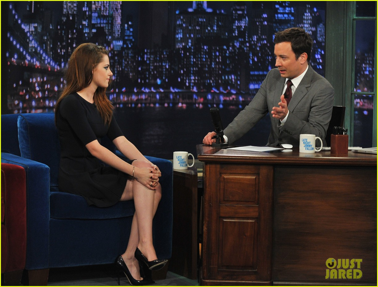 kristen stewart barefoot on late night with jimmy fallon 24