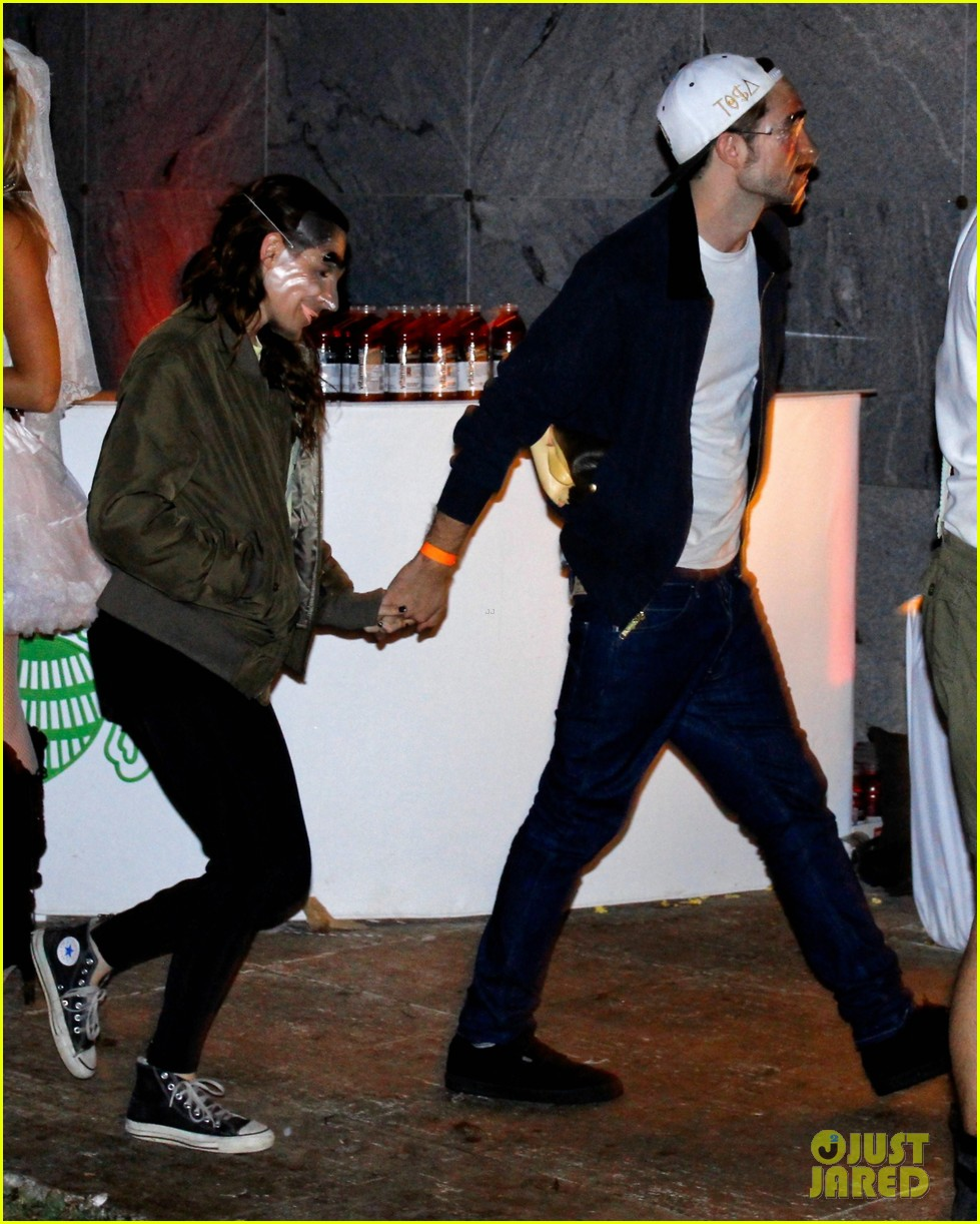 kristen stewart robert pattinson halloween party pair 01