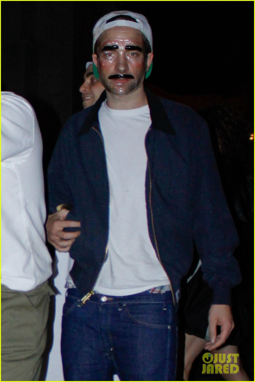kristen stewart robert pattinson halloween party pair 07