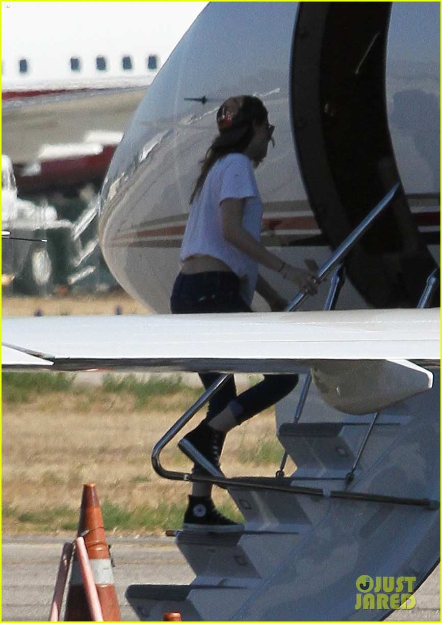 kristen stewart robert pattinson jet out on private plane 02