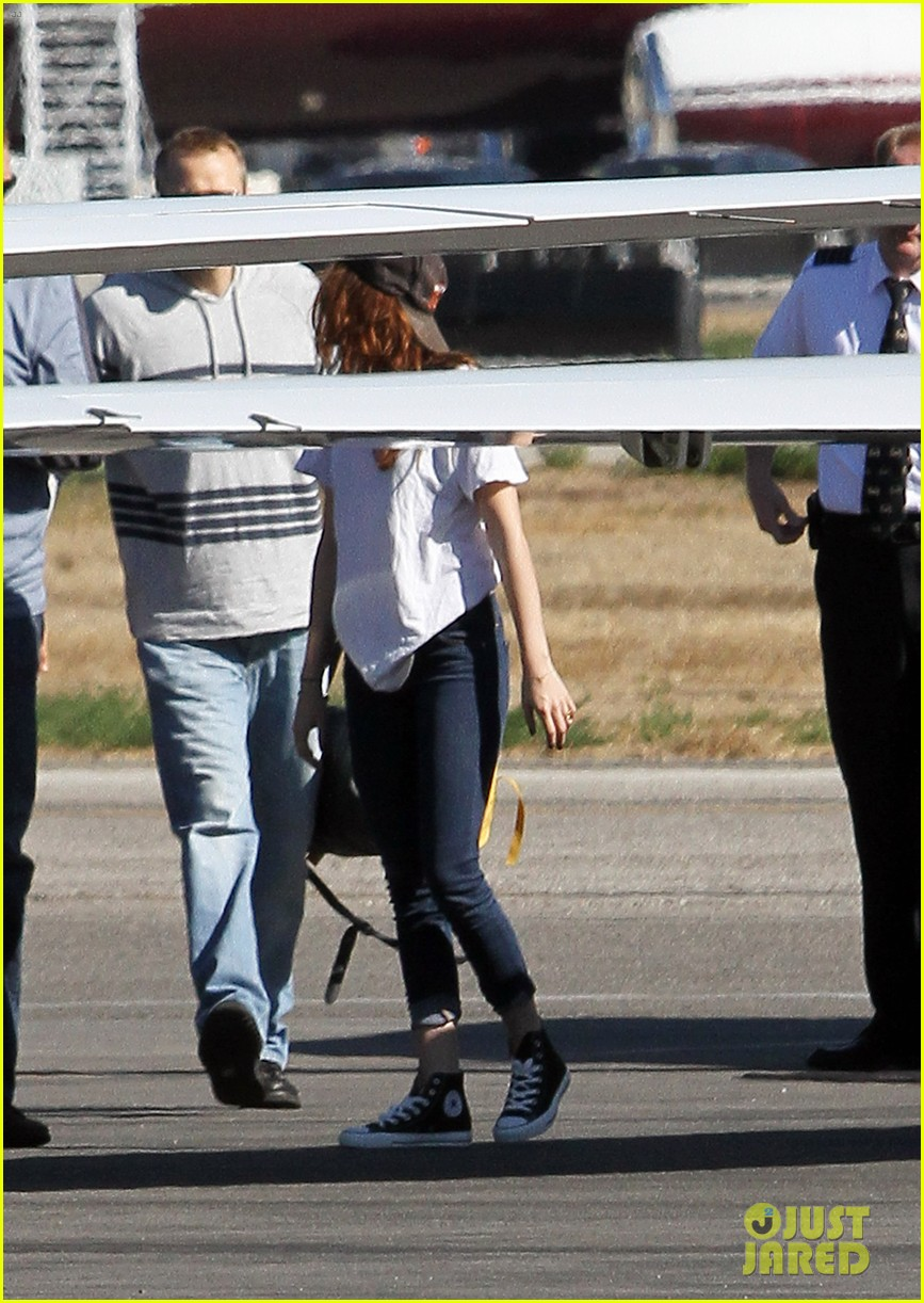 kristen stewart robert pattinson jet out on private plane 032752022