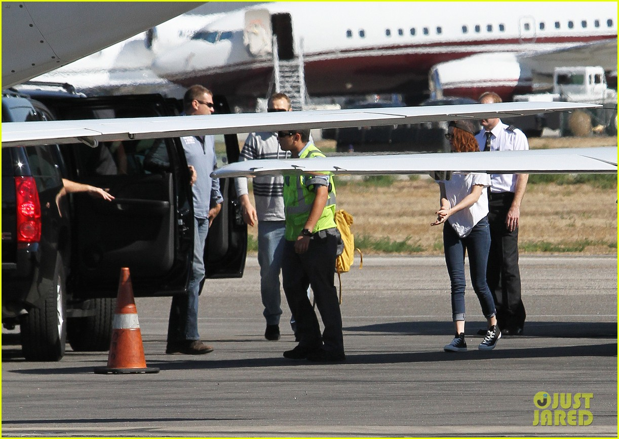 kristen stewart robert pattinson jet out on private plane 082752027