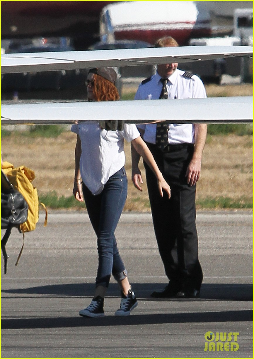 kristen stewart robert pattinson jet out on private plane 102752029