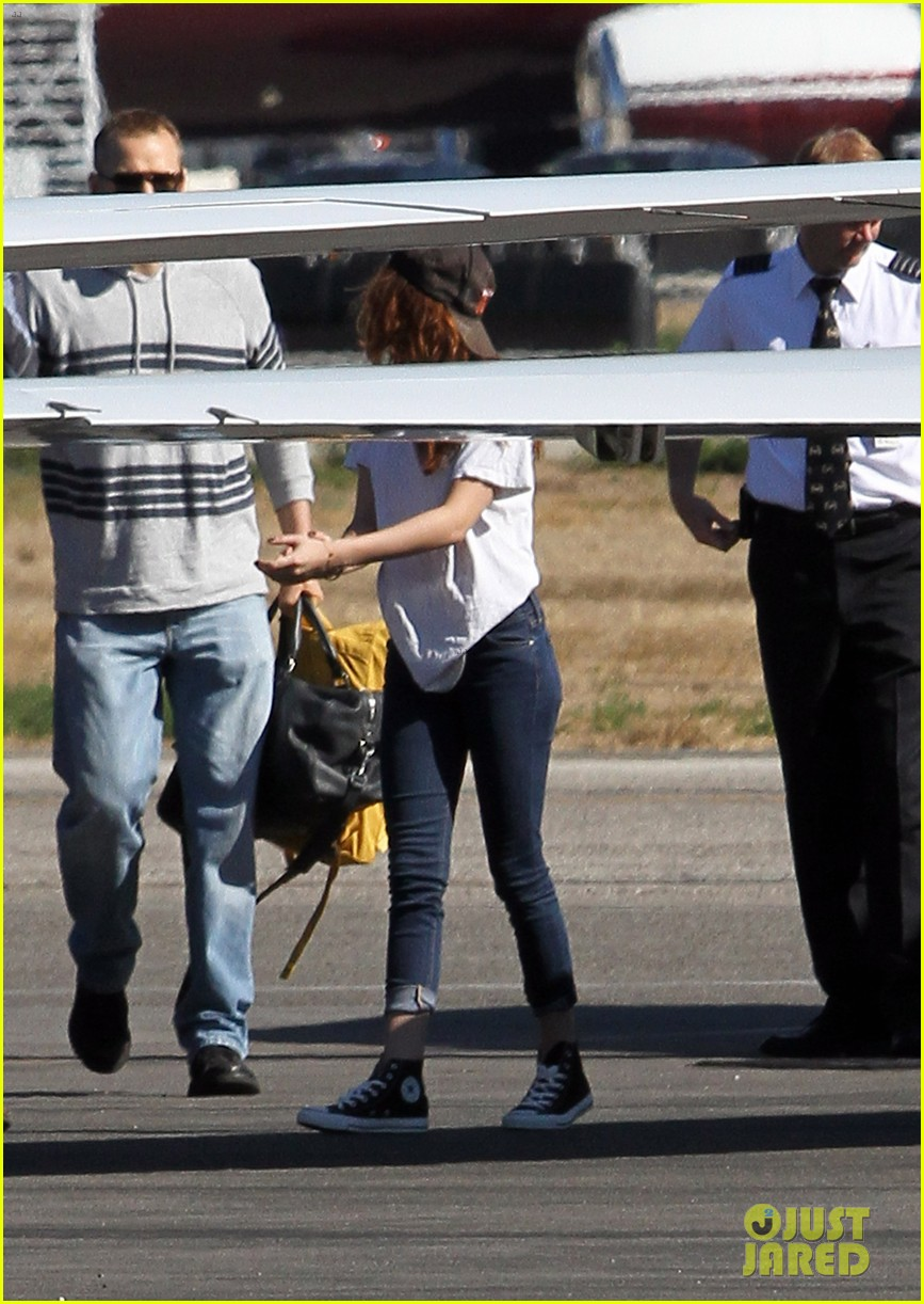 kristen stewart robert pattinson jet out on private plane 122752031