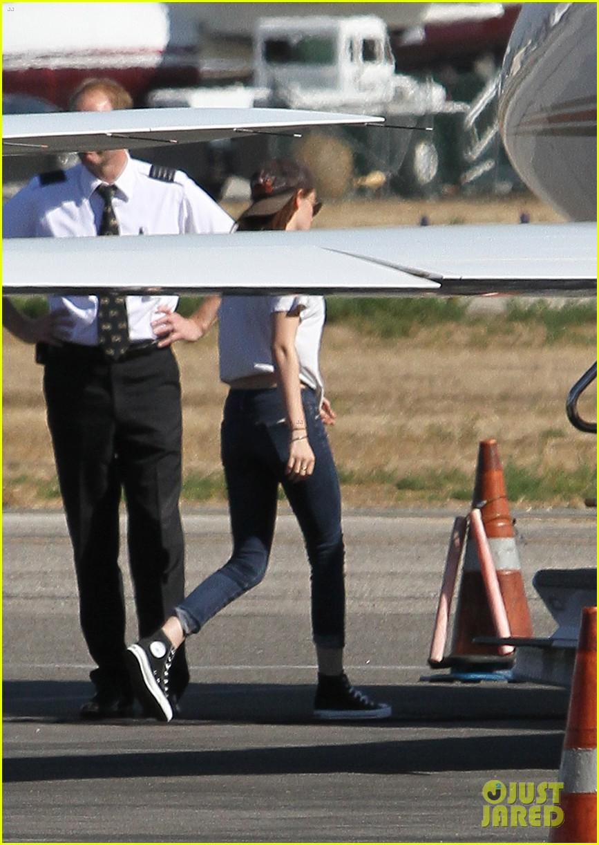 kristen stewart robert pattinson jet out on private plane 21