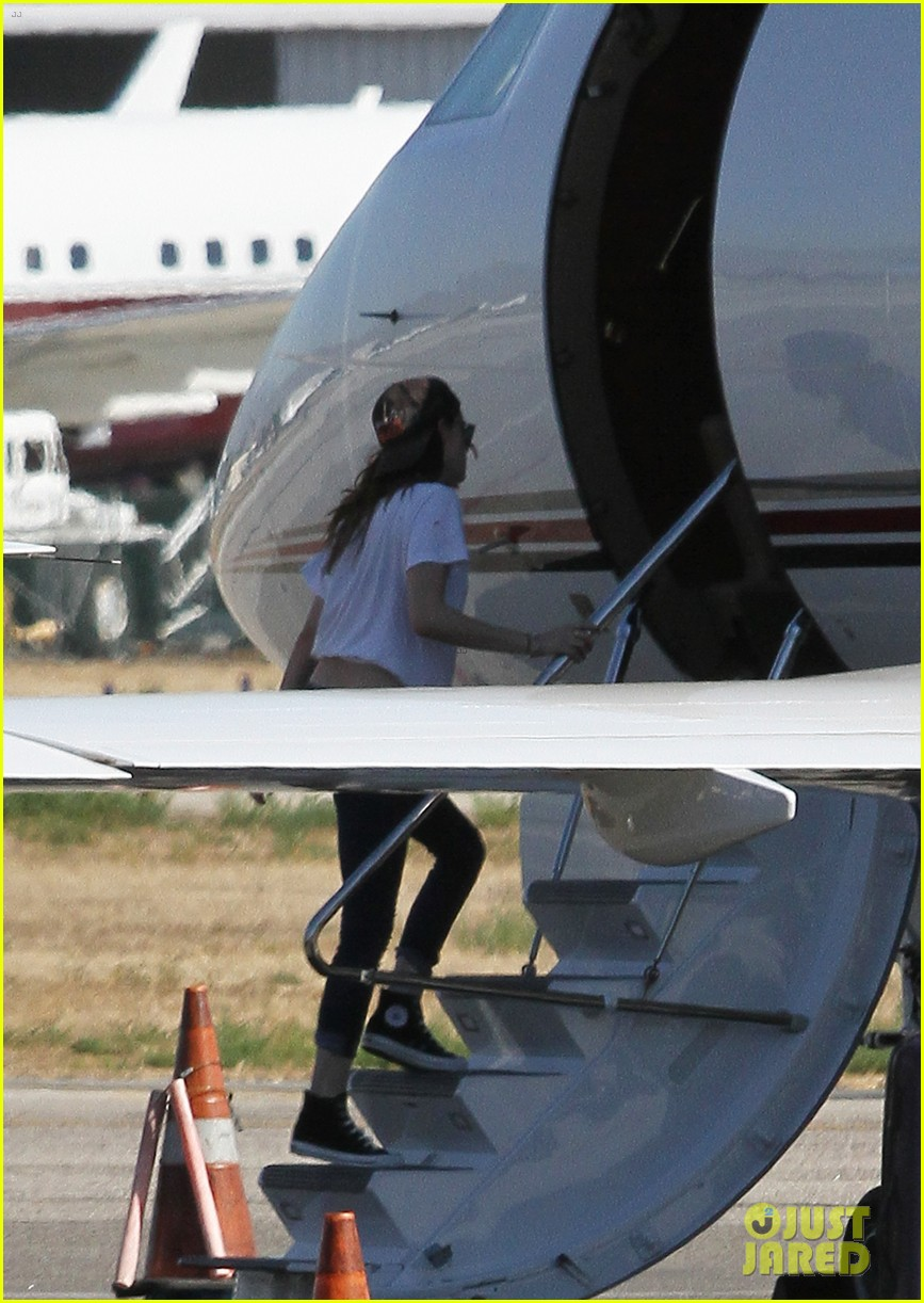 kristen stewart robert pattinson jet out on private plane 26