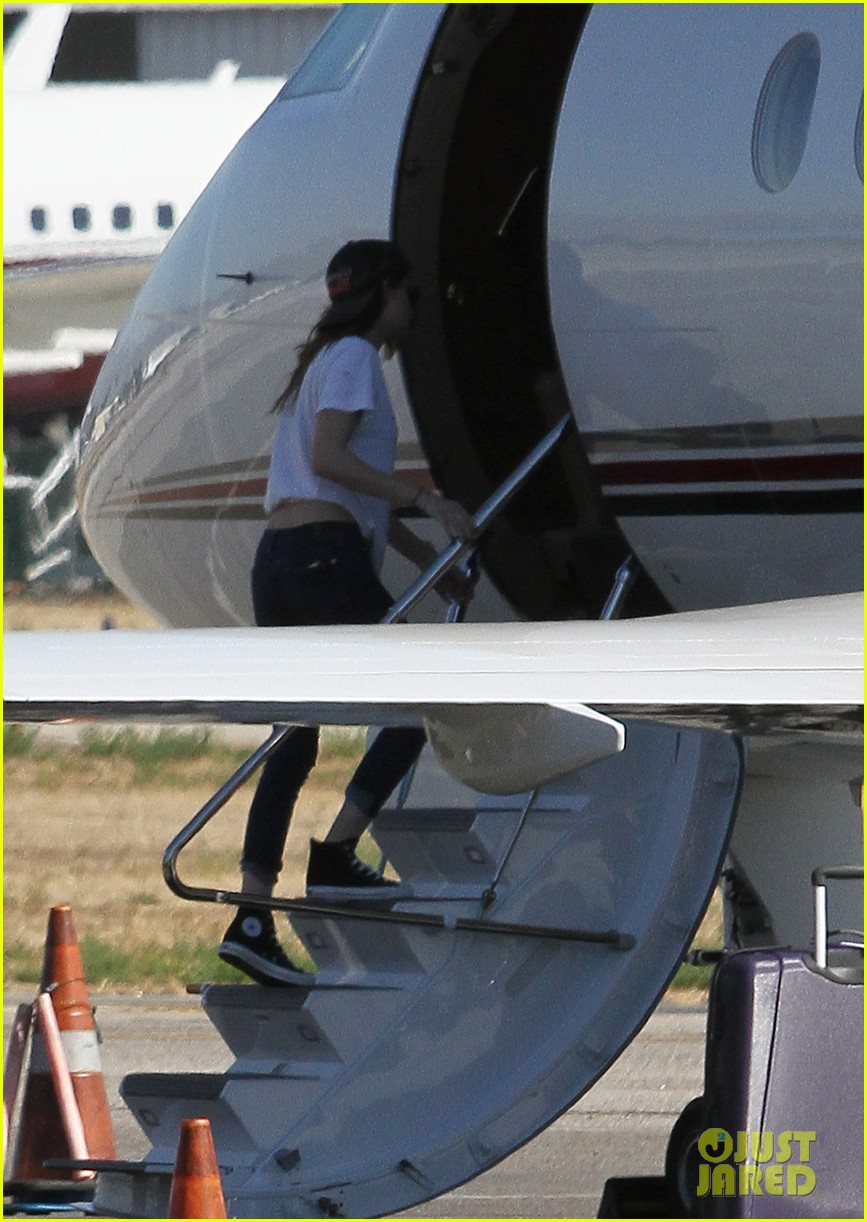 kristen stewart robert pattinson jet out on private plane 27