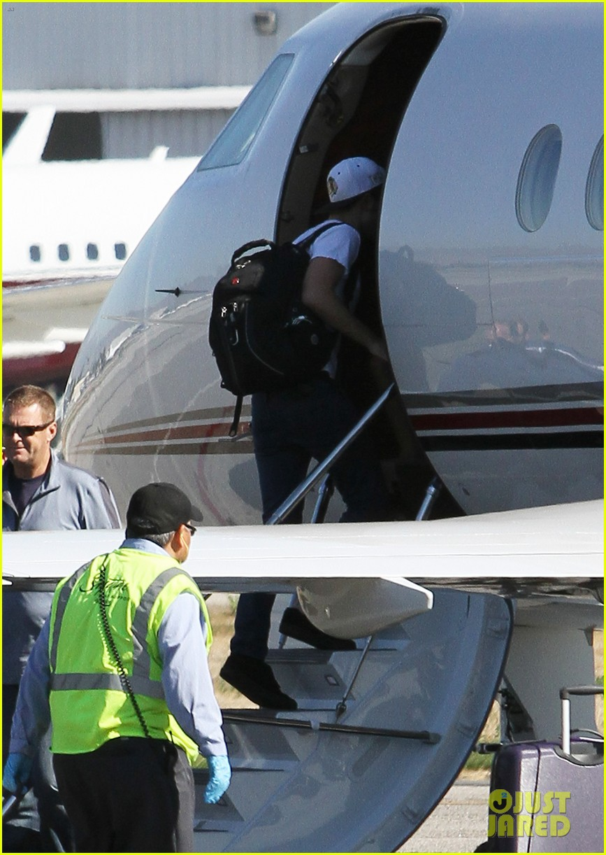 Full Sized Photo of kristen stewart robert pattinson jet out on ... Robert Pattinson