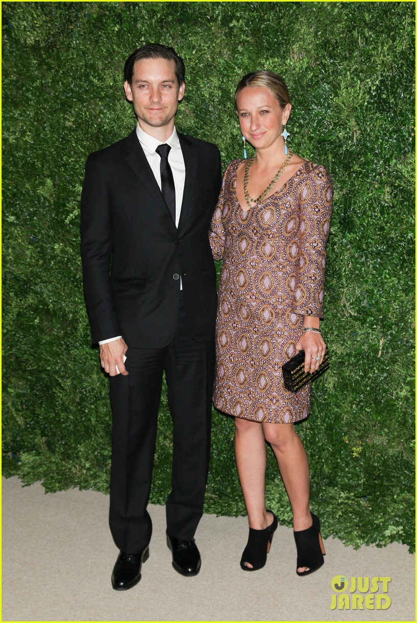 emma stone allison williams cfda vogue fashion fund awards 2012 03