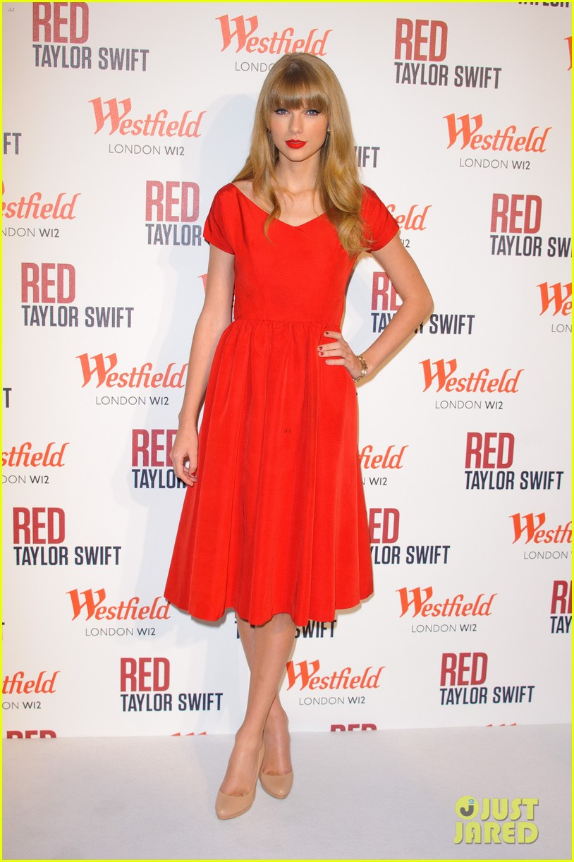 taylor swift westfield london christmas lights ceremony 03