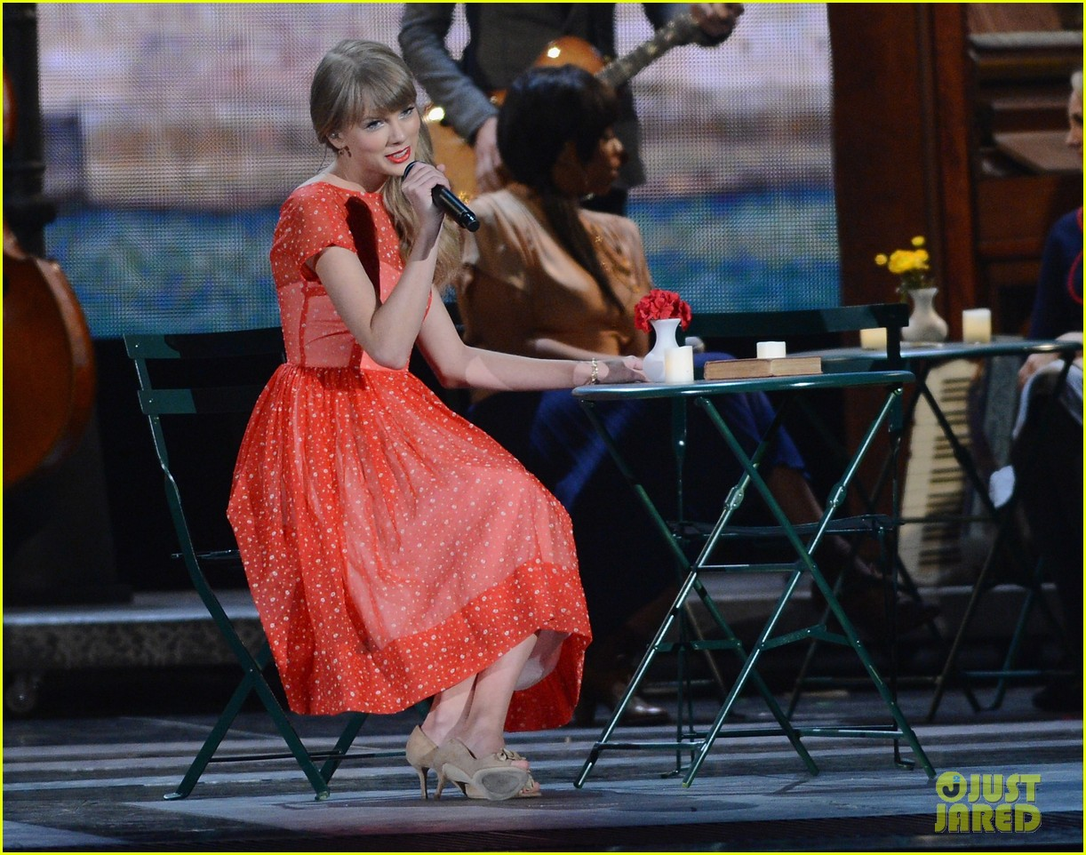 taylor swift live performance cmas 082749616