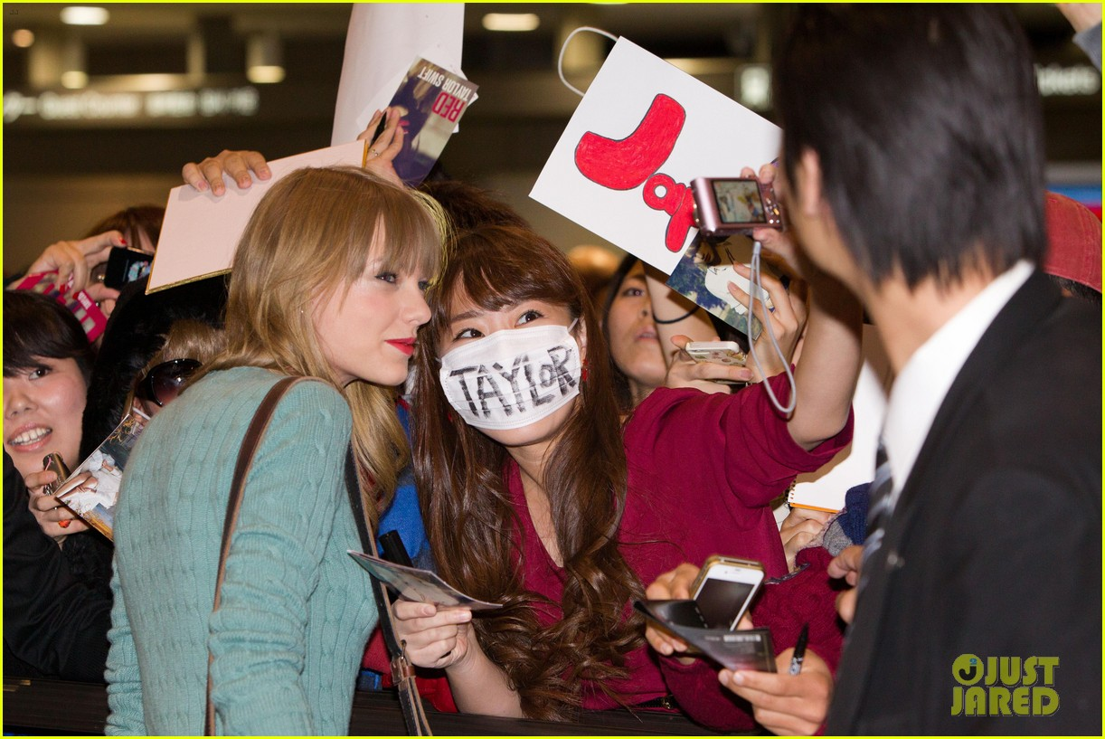 Taylor Swift Meets Fans At Narita Airport In Tokyo Photo 2762136 Taylor Swift Pictures Just Jared