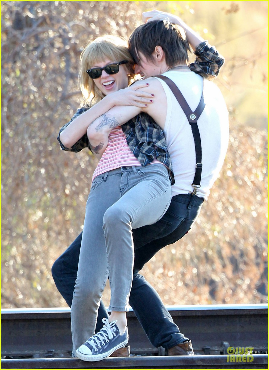 taylor swift piggy back ride on i knew you were trouble set 02