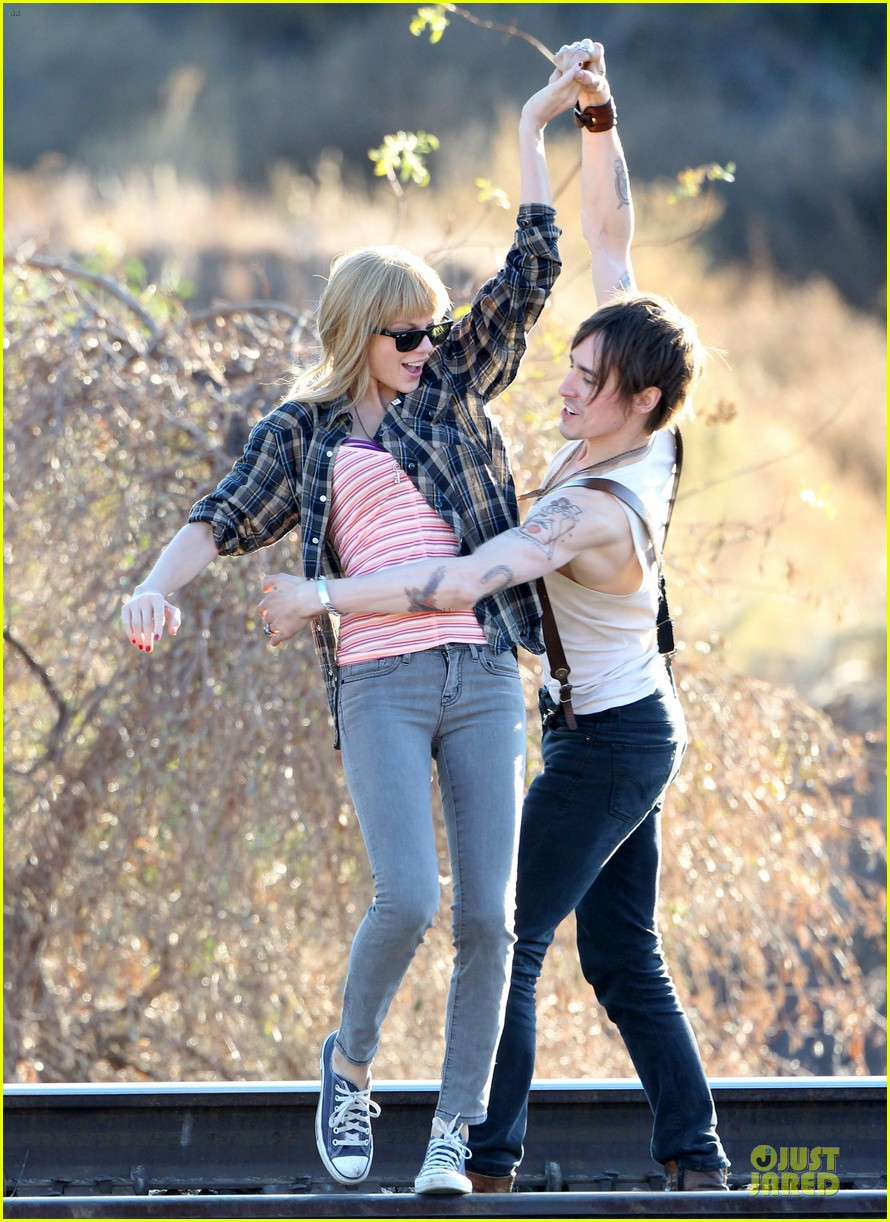 taylor swift piggy back ride on i knew you were trouble set 082761054