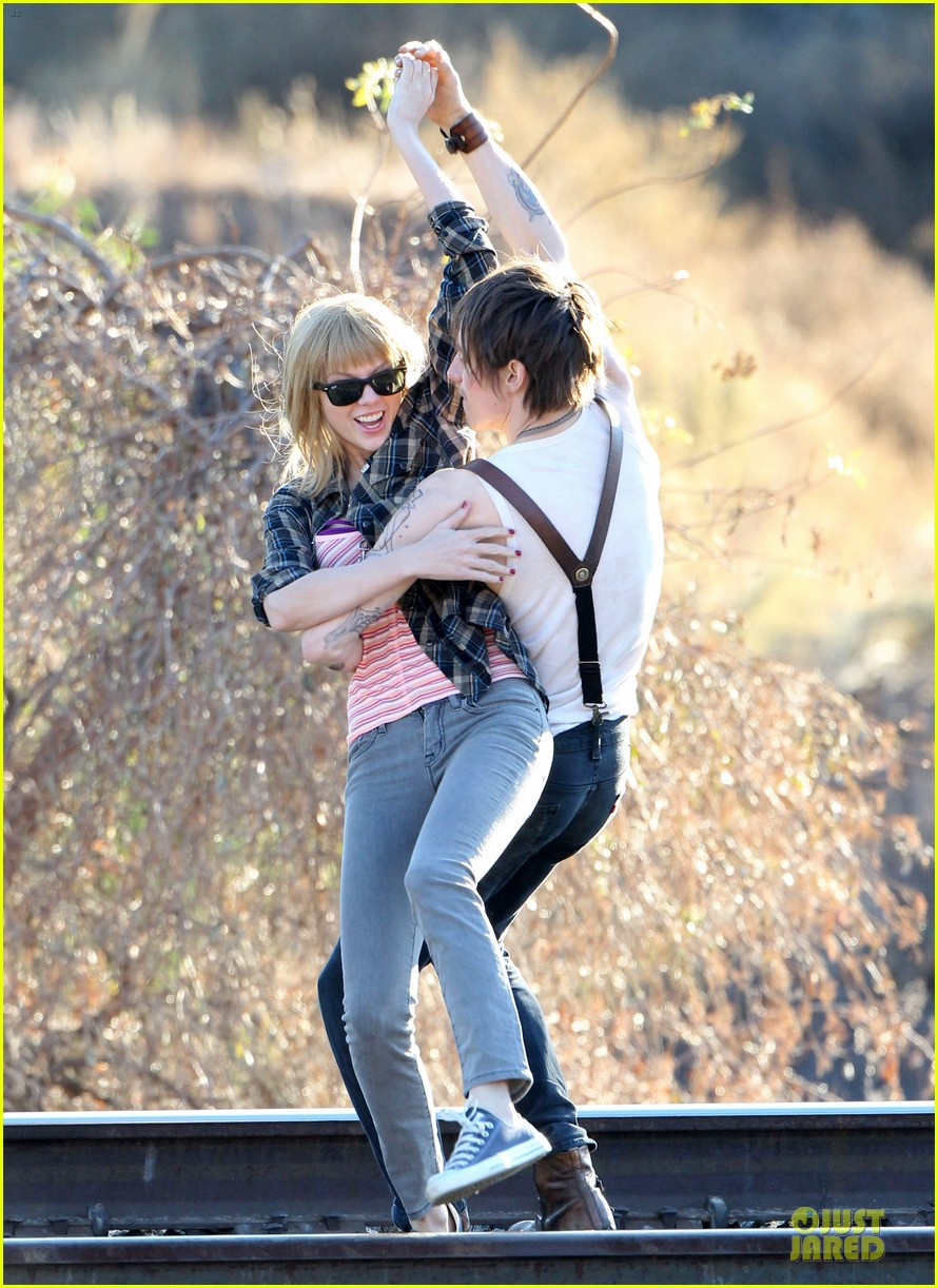 taylor swift piggy back ride on i knew you were trouble set 092761055