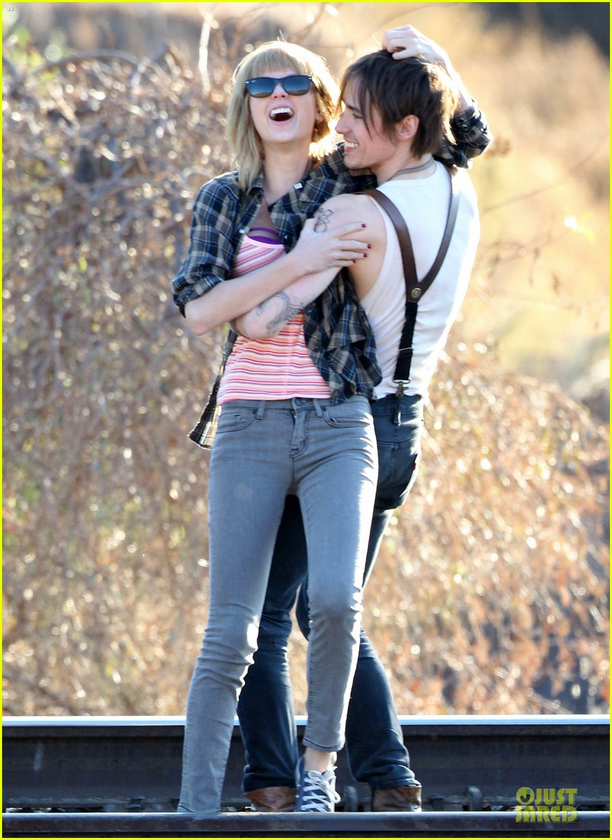 taylor swift piggy back ride on i knew you were trouble set 112761057