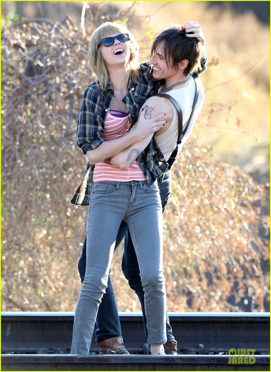 taylor swift piggy back ride on i knew you were trouble set 122761058