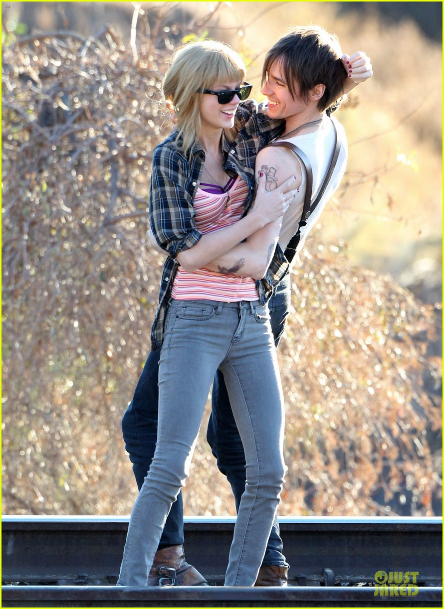 taylor swift piggy back ride on i knew you were trouble set 132761059