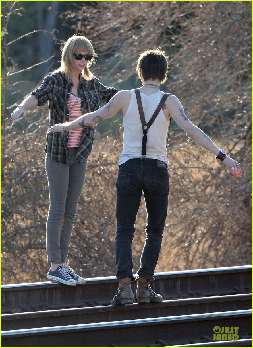 taylor swift piggy back ride on i knew you were trouble set 202761066