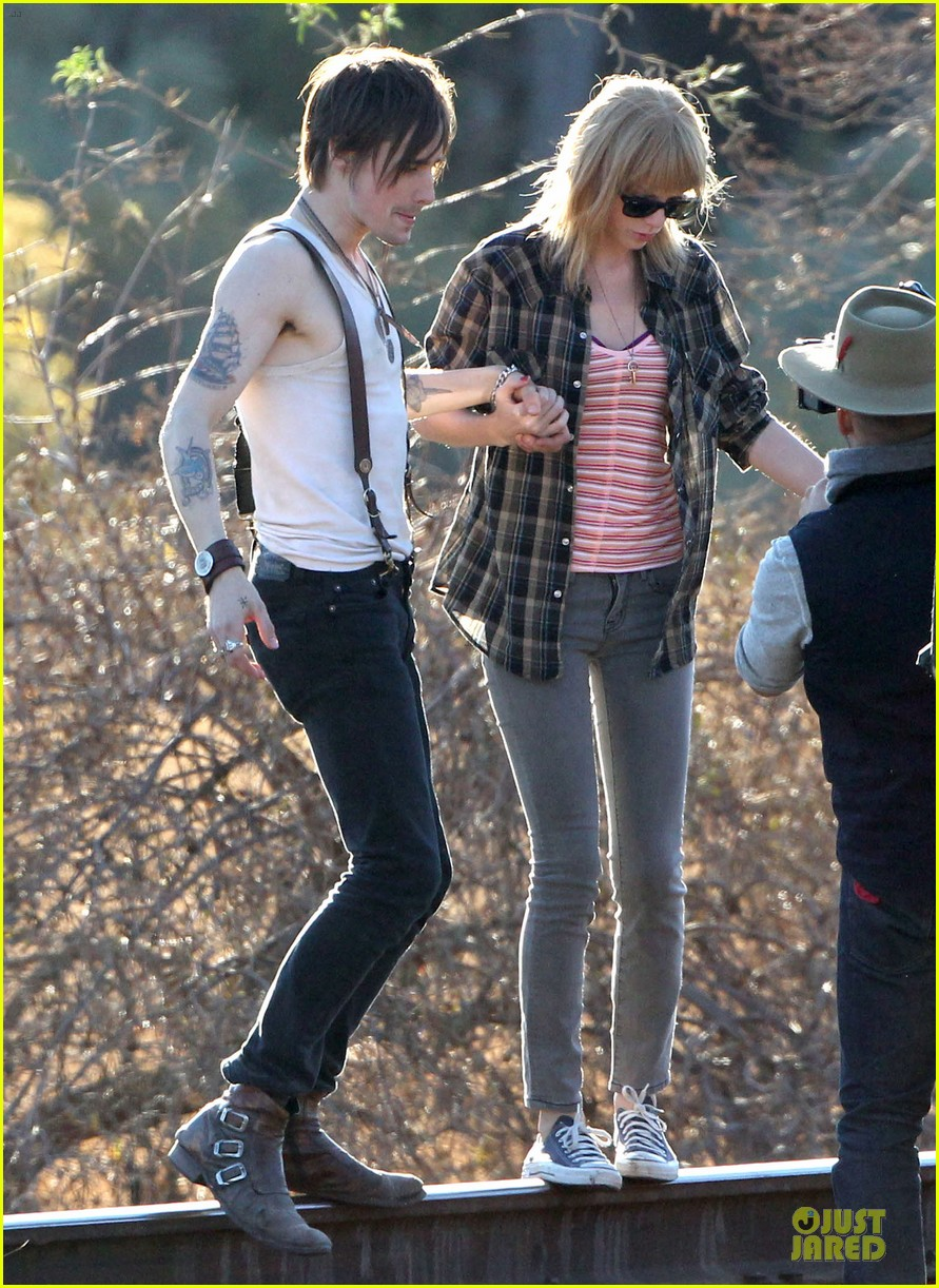 Taylor Swift Piggyback Ride On I Knew You Were Trouble Set Photo 2761069 Reeve Carney Taylor Swift Pictures Just Jared