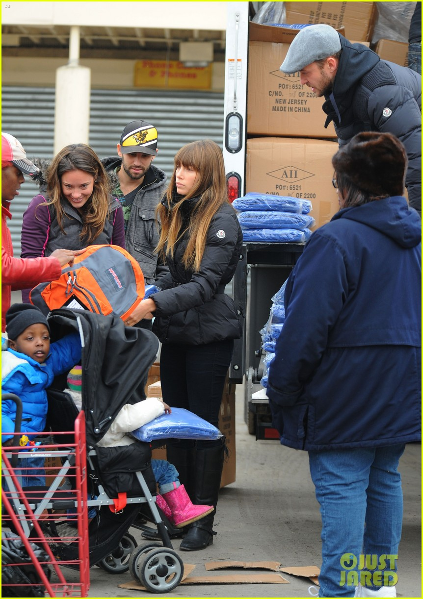 justin timberlake jessica biel hurricane sandy relief workers 17