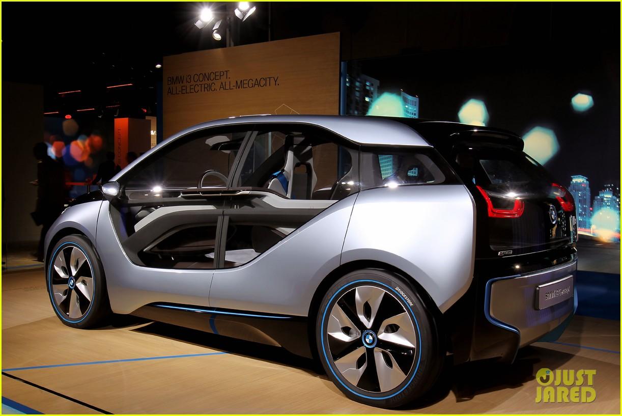 uma thurman bmw i8 concept roadster unveiling 11