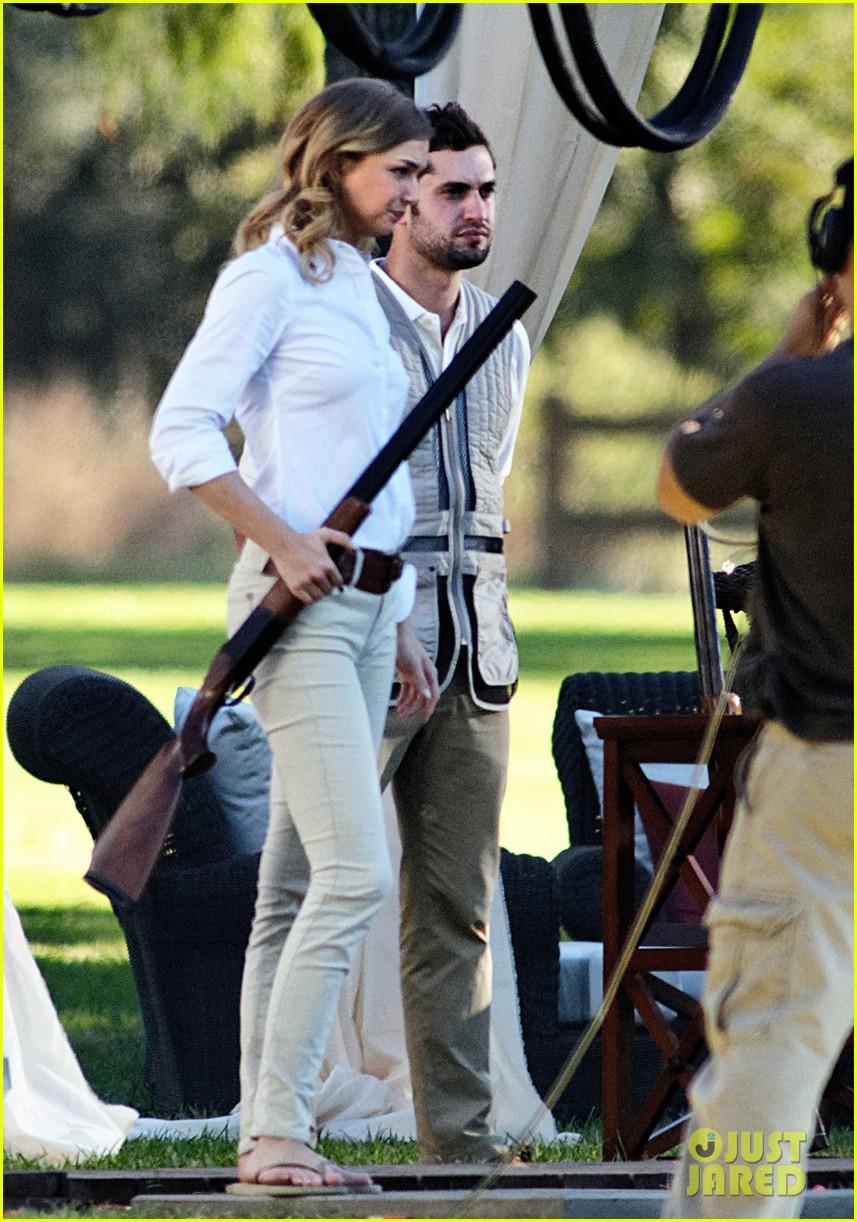 emily vancamp shoots rifle on revenge set 012749146