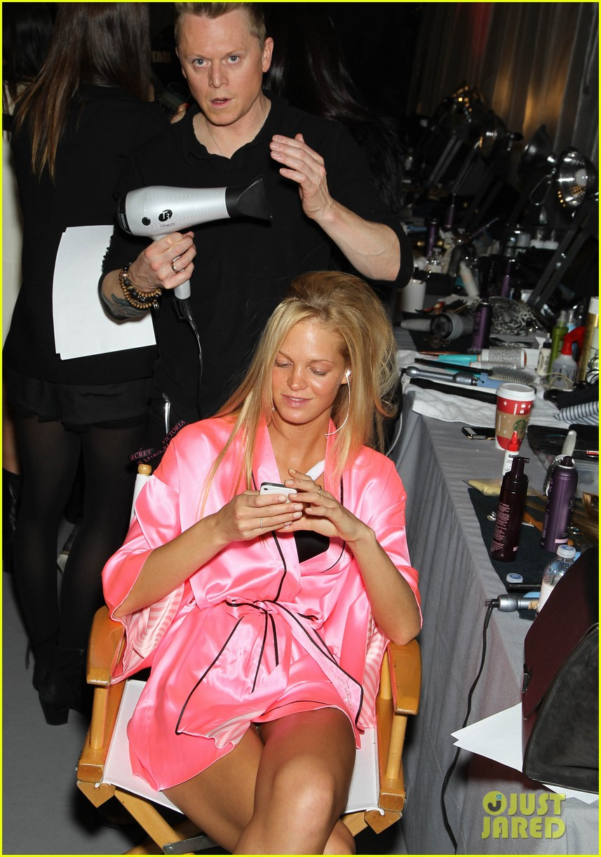 miranda kerr erin heatherton victorias secret fashion show backstage pics 15
