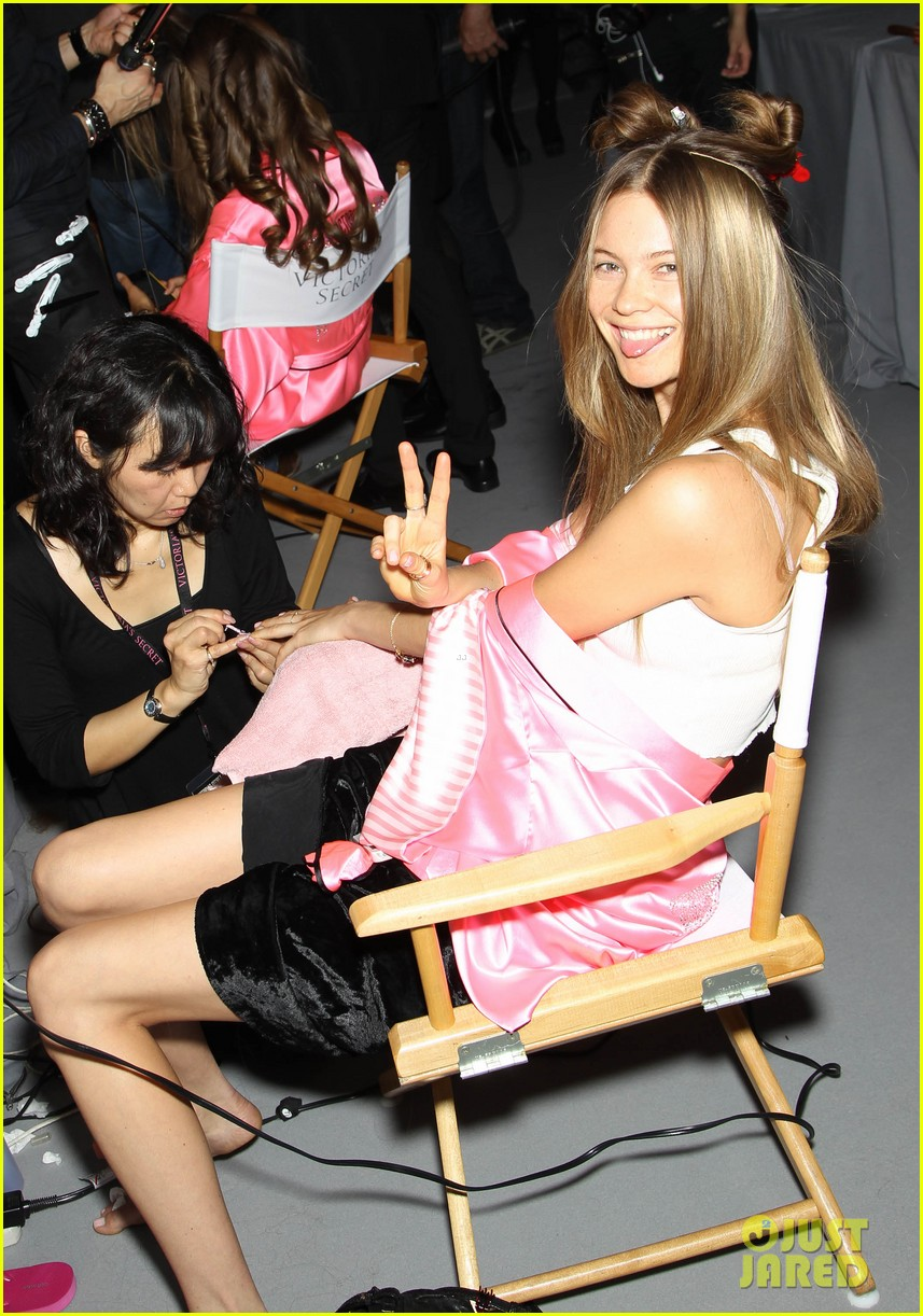 miranda kerr erin heatherton victorias secret fashion show backstage pics 242752669