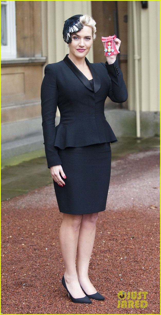 kate winslet receives cbe drama award at buckingham palace 03