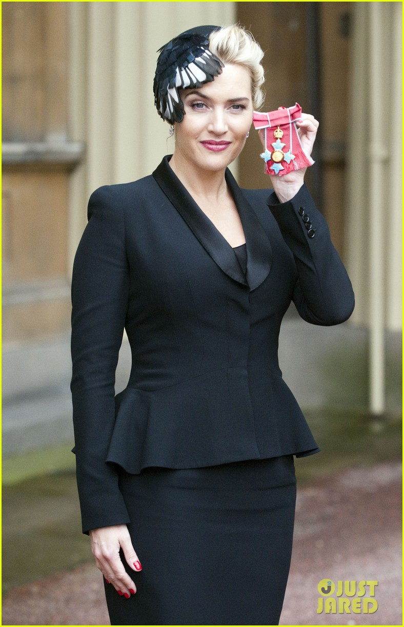 kate winslet receives cbe drama award at buckingham palace 08