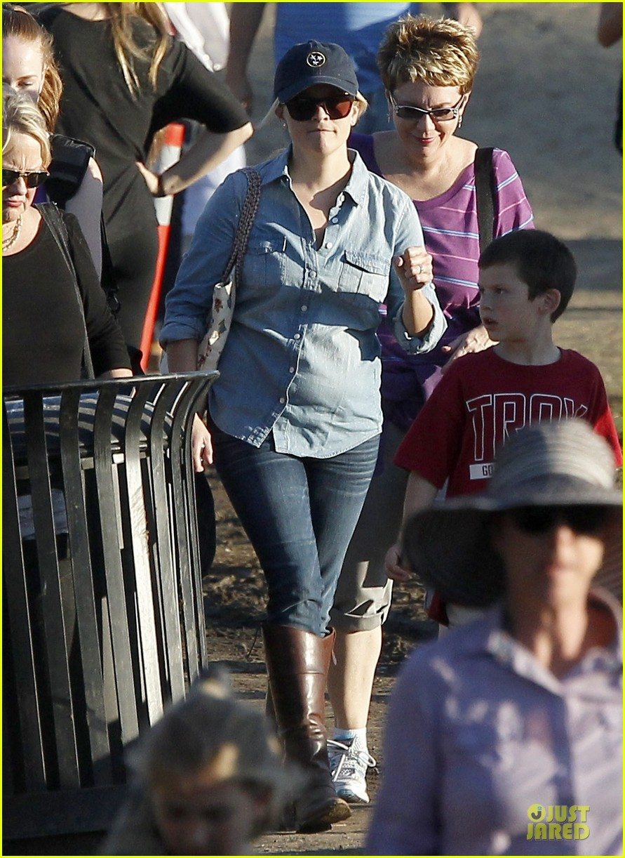 reese witherspoon avas track event with mother betty 012750134