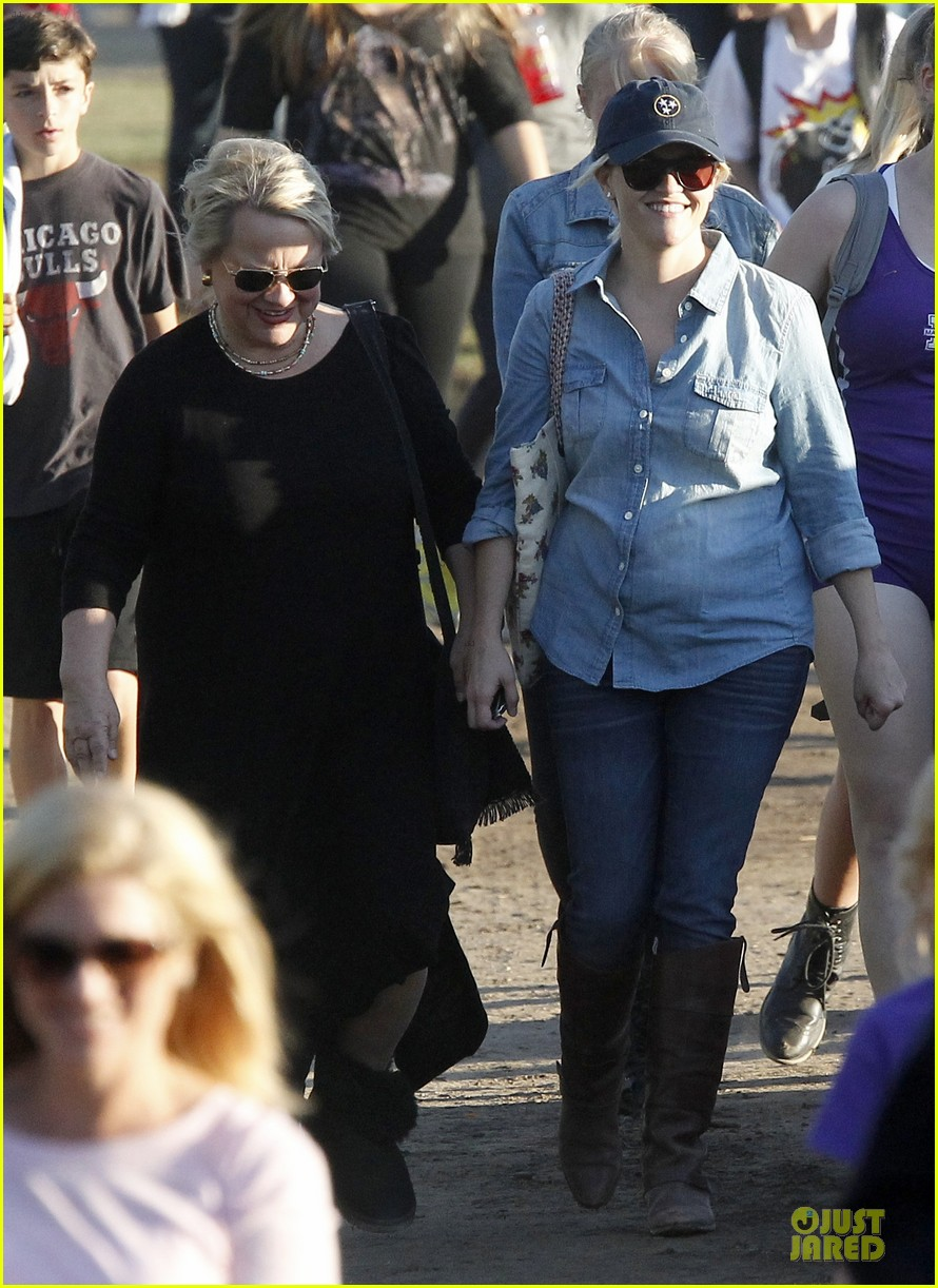 reese witherspoon avas track event with mother betty 022750135