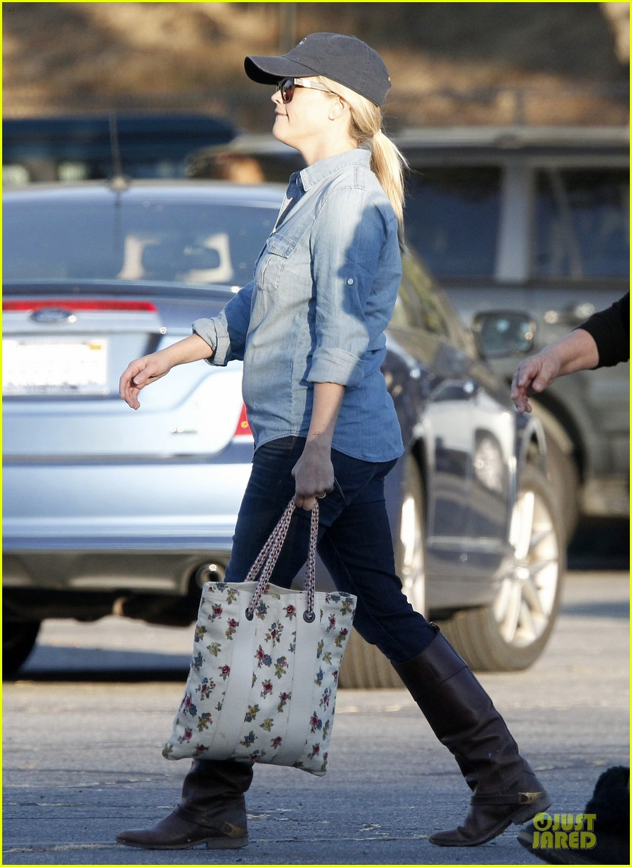 reese witherspoon avas track event with mother betty 052750138