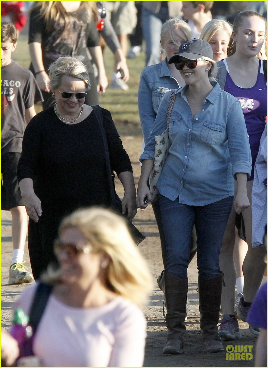 reese witherspoon avas track event with mother betty 062750139