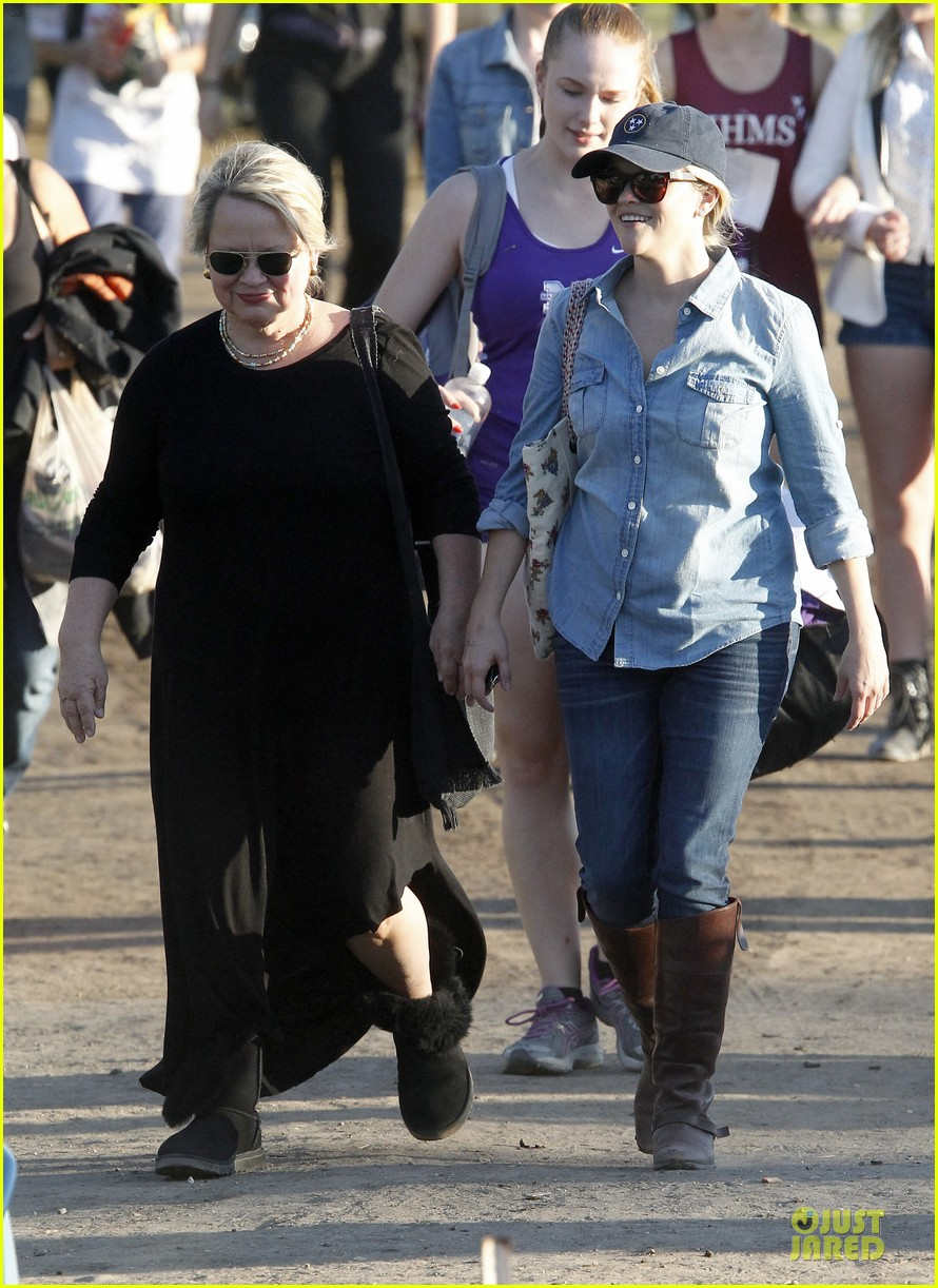 reese witherspoon avas track event with mother betty 102750143