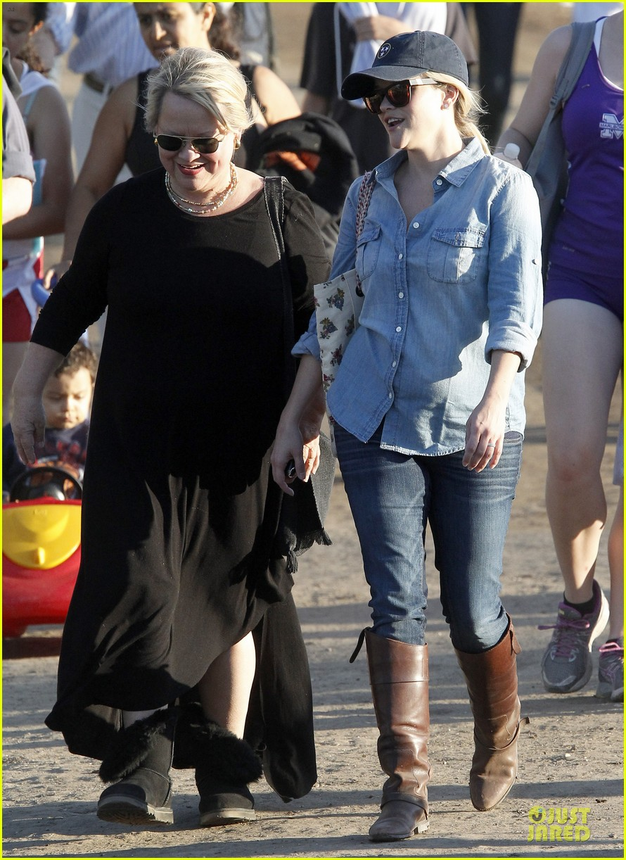 reese witherspoon avas track event with mother betty 112750144