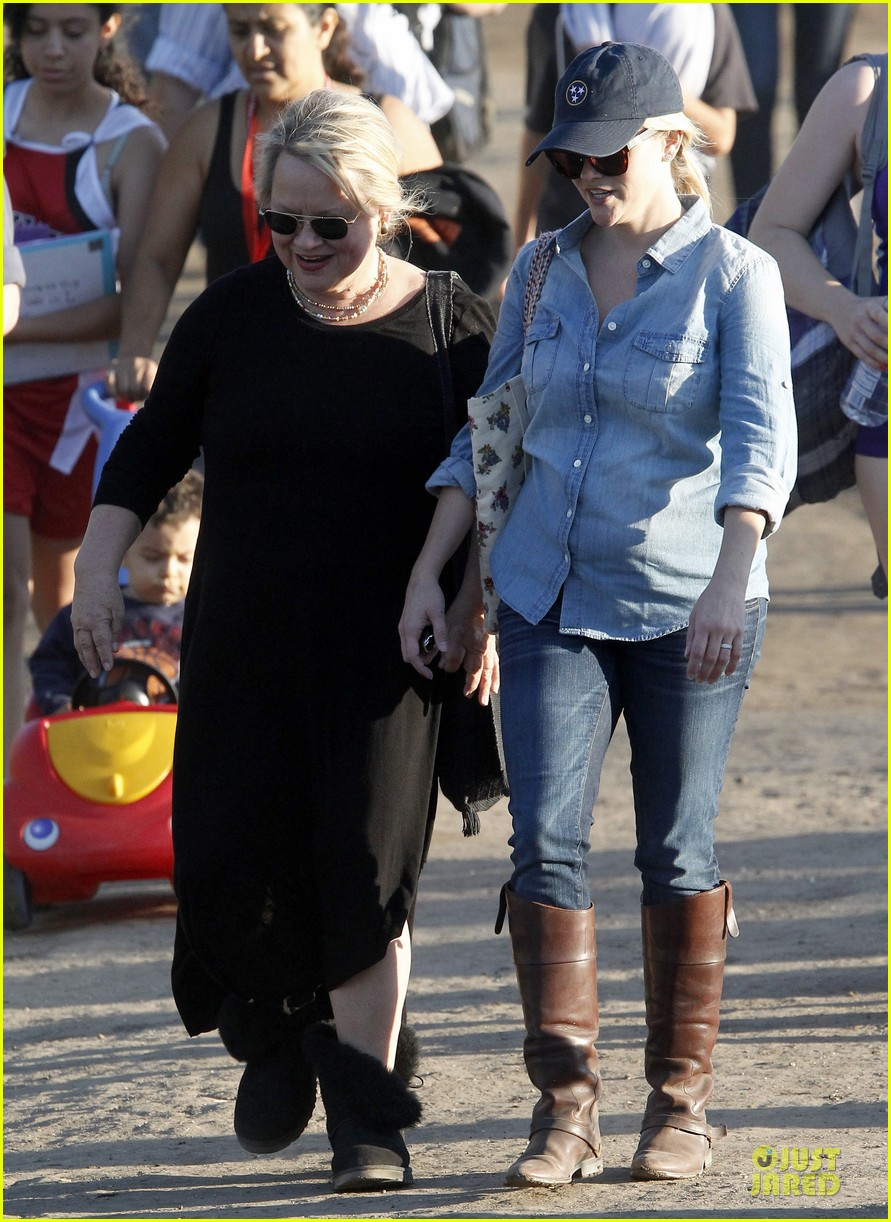 reese witherspoon avas track event with mother betty 122750145