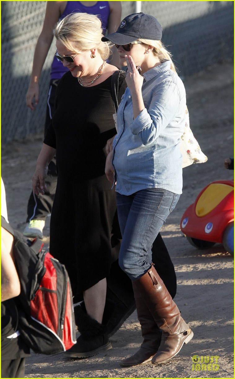 reese witherspoon avas track event with mother betty 132750146