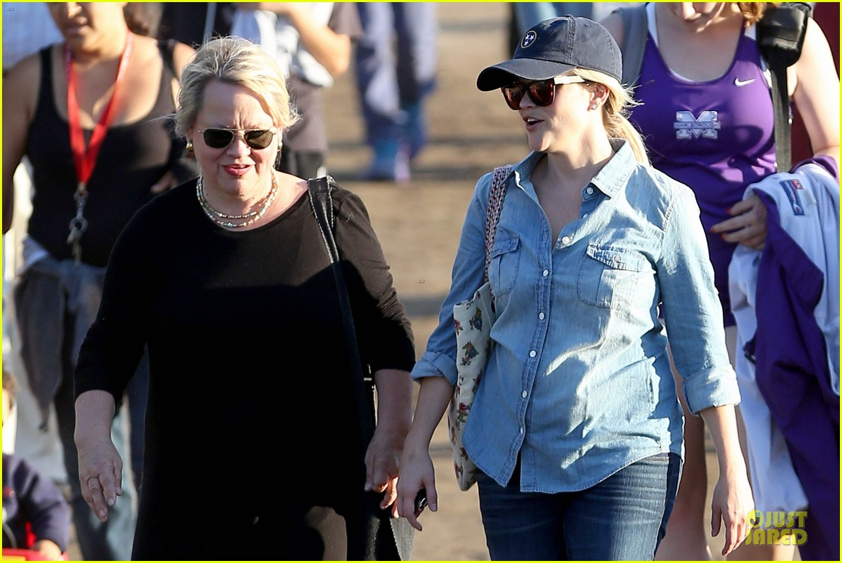 reese witherspoon avas track event with mother betty 152750148