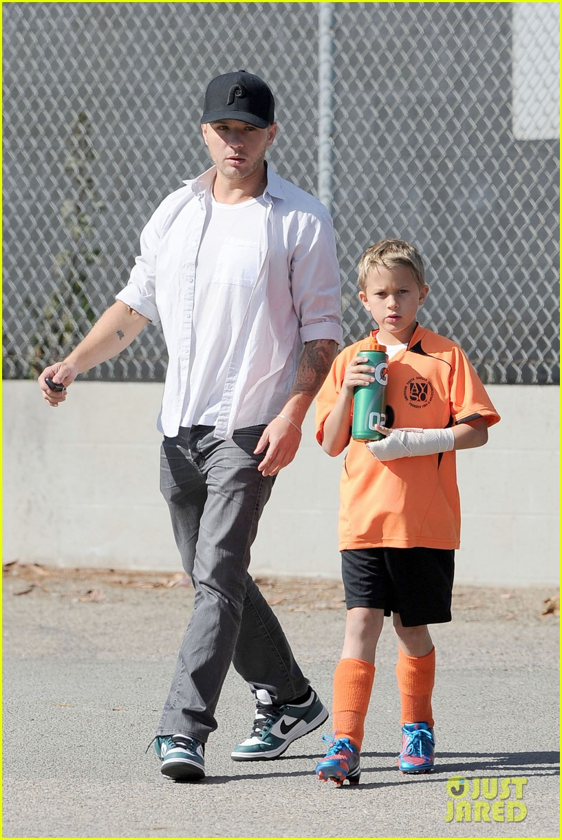 reese witherspoon ryan phillippe attend deacons soccer game 04