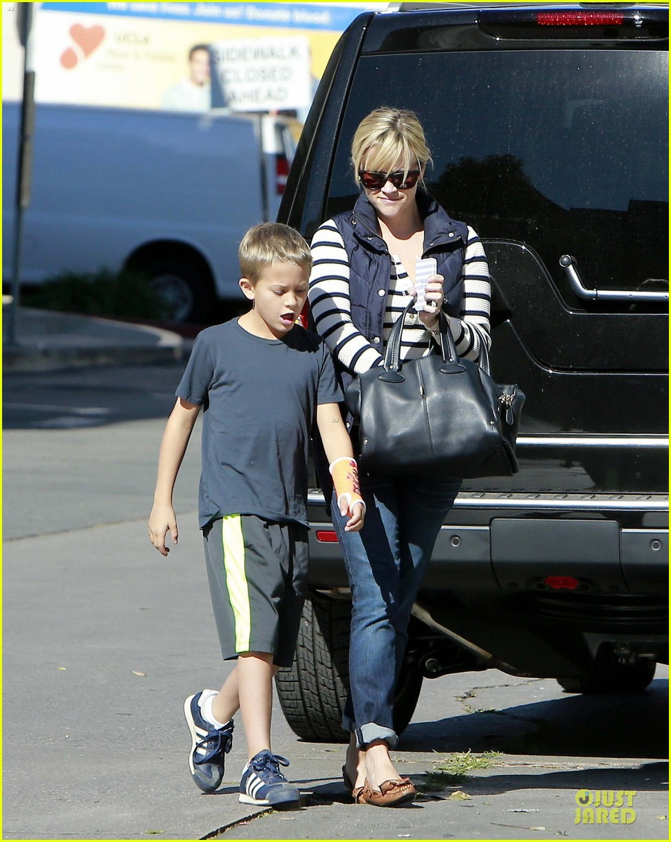 reese witherspoon food take out with deacon 012755511