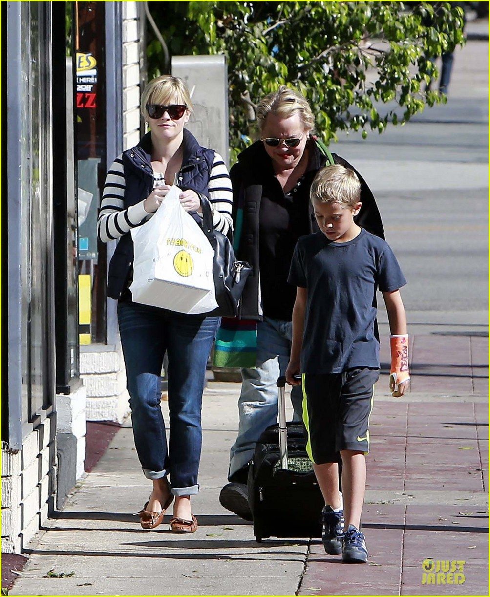 reese witherspoon food take out with deacon 03