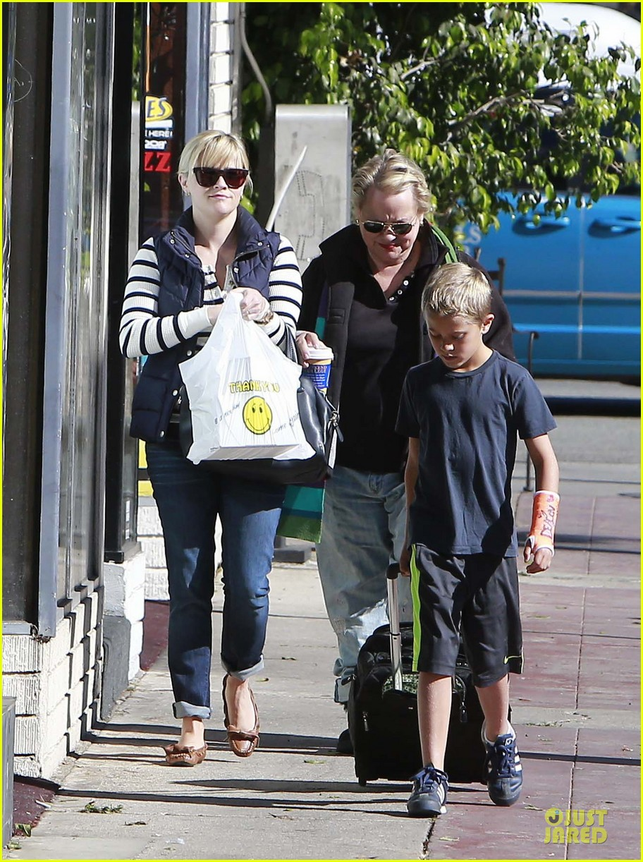 reese witherspoon food take out with deacon 042755514