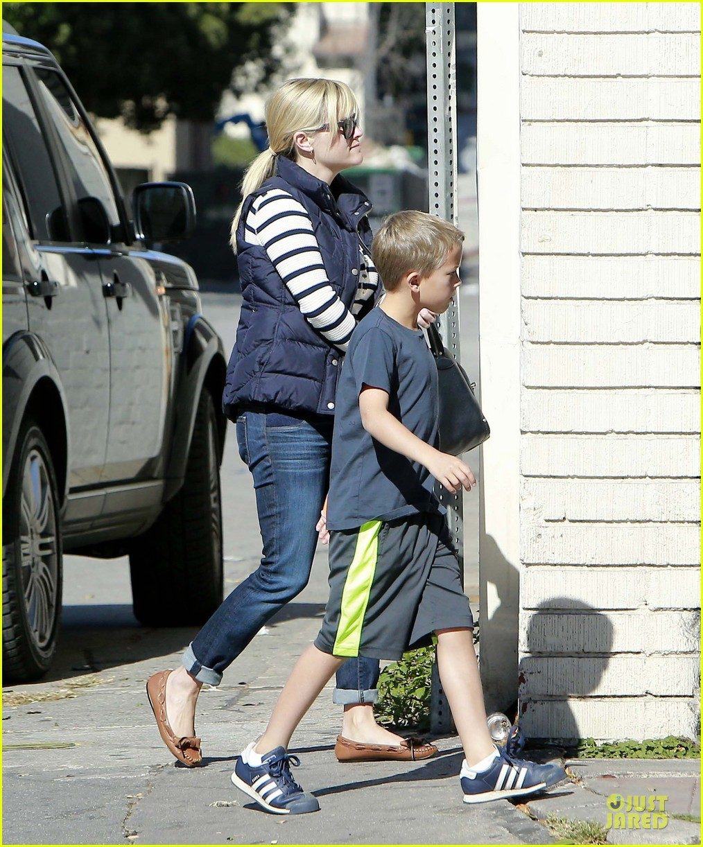 reese witherspoon food take out with deacon 052755515