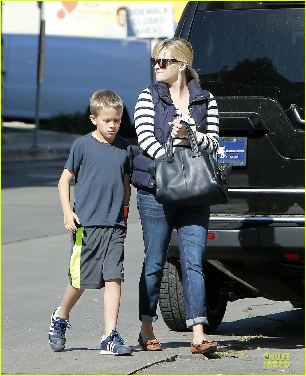 reese witherspoon food take out with deacon 072755517