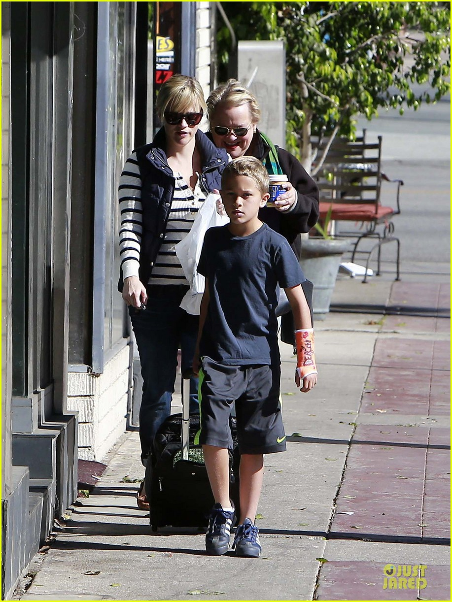 reese witherspoon food take out with deacon 122755522
